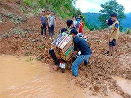 Hội Chữ thập đỏ Việt Nam trực tiếp cứu trợ người dân vùng lũ Quan Hoá