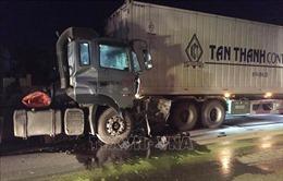 Xe đầu kéo đâm xe container, quốc lộ 1A ách tắc nhiều giờ