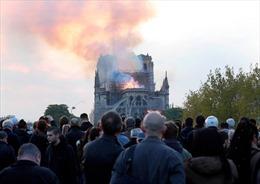 Người Paris chết lặng chứng kiến Nhà thờ Đức Bà chìm trong lửa