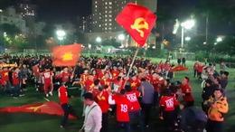 Hàng ngàn cổ động viên tiếp lửa trận bán kết U22 Việt Nam-Campuchia