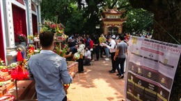 Bất chấp dịch COVID-19, người dân Thủ đô vẫn chen nhau dâng lễ