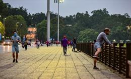 Người dân Thủ đô vẫn tập thể dục quanh quảng trường Ba Đình, bất chấp lệnh giãn cách xã hội