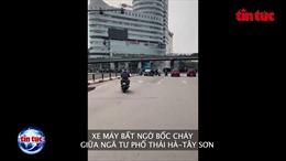 Xe máy bất ngờ bốc cháy khi đang lưu thông trên đường Hà Nội
