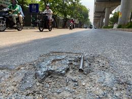 Mặt đường dưới dự án đường sắt đô thị Nhổn - ga Hà Nội xuống cấp, gây nguy hiểm cho người dân