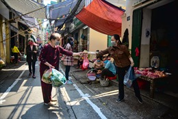Chợ phố cổ Hà Nội kẻ vạch, lập chốt phòng chống dịch COVID-19