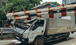Xe tải đâm vào thanh hạn chế chiều cao cầu vượt Thái Hà-Tây Sơn gây ùn tắc kéo dài
