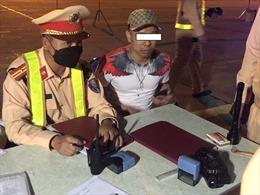 Tạm giữ 20 người nhập cảnh trái phép và 2 lái xe dương tính ma tuý