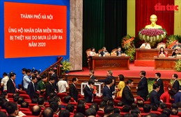 Đại biểu Đại hội Đảng bộ TP Hà Nội khoá XVII ủng hộ đồng bào miền Trung