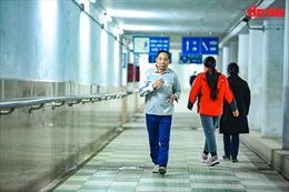 Người dân Hà Nội xuống hầm đi bộ tập thể dục trong ngày giá rét