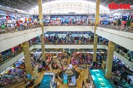 Tiểu thương chợ Đồng Xuân buồn hiu bên sạp hàng vắng khách