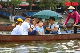 Nhiều người 'quên' khẩu trang khi đi lễ chùa Hương