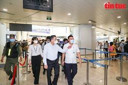 Chủ tịch UBND TP Hà Nội Chu Ngọc Anh kiểm tra công tác chống dịch COVID-19 tại sân bay, bến xe