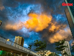 Hà Nội: Ấn tượng với mây trời cuồn cuộn trước cơn giông lớn