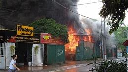 Hà Nội: Đám cháy thiêu rụi kho xưởng trong cơn mưa