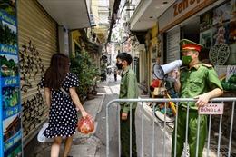 Hà Nội: Chợ phố cổ căng dây, kẻ vạch chống dịch COVID-19