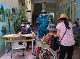 Hà Nội hỗ trợ các gia đình khó khăn vì dịch COVID-19 tại khu phong tỏa