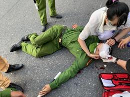 Hà Nội: Nam sinh viên cố tình vượt chốt kiểm dịch, đâm bị thương đại uý Công an