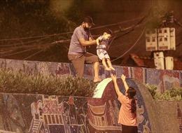 Một số người dân trèo rào trong đêm ở phường Chương Dương, định trốn khỏi vùng phong tỏa