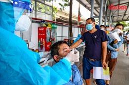Test nhanh COVID-19 cho lái xe 'luồng xanh' tại Hà Nội