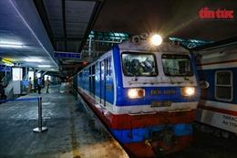 Hành khách vui mừng trên chuyến tàu về ga Hà Nội