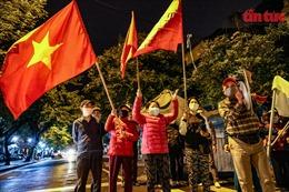 Người dân phấn khởi reo mừng trong thời khắc bệnh viện Việt Đức gỡ bỏ phong toả