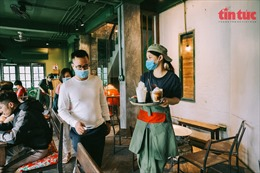 Người dân háo hức đến quán cafe sau nhiều tháng giãn cách xã hội