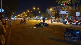 Xe máy va chạm khi sang đường, 2 người thương vong