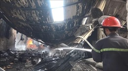 Cháy dữ dội tại hai công ty gỗ, hàng ngàn mét vuông nhà xưởng đổ sập