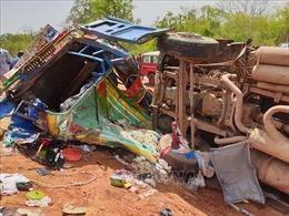 Xe buýt nổ lốp đâm vào xe tải, 23 người thiệt mạng