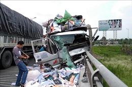 Xe tải lao vào thành cầu Rạch Miễu, 2 người tử vong