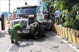 Xe đầu kéo nổ lốp tông vào xe con, 5 người tử vong tại chỗ