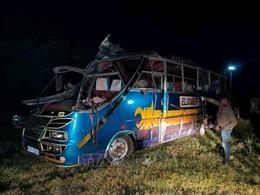 Xe buýt đâm xe tải đi ngược chiều, ít nhất 13 người thiệt mạng