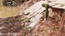 Nhiều tuyến đường sạt lở, nhà dân bị tốc mái ở Kon Tum do bão số 5