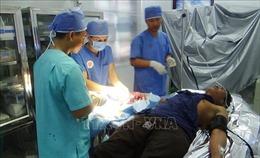 Điều trị cho ngư dân bị áp xe ngón tay nghiêm trọng tại bệnh xá đảo Song Tử Tây