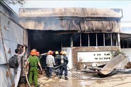 Cháy lớn tại xưởng gỗ bên cạnh kho gas