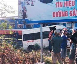 Cố tình vượt rào chắn, ô tô va chạm tàu hỏa khiến 5 người bị thương