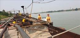 Phạt chủ tàu khai thác cát lậu trên sông Hồng gần 55 triệu đồng
