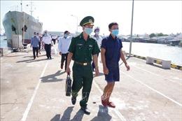 Bộ Tư lệnh Vùng 2 Hải quân đưa 30 ngư dân gặp nạn vào bờ an toàn