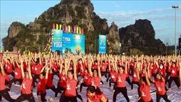 Gần 3.000 người tham gia ngày Quốc tế Yoga tại Hạ Long