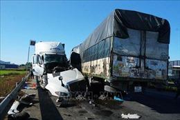 Ô tô tải va chạm xe container, 3 người thương vong