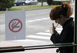 Hai vùng du lịch ở Tây Ban Nha cấm hút thuốc lá để ngăn dịch COVID-19