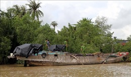 Bắt quả tang đối tượng khai thác cát trái phép trên sông Hậu