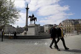 Ngày càng nhiều người dân Anh đeo khẩu trang phòng lây nhiễm dịch COVID-19