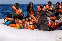 Cứu gần 300 người vượt biên trái phép ngoài khơi Libya