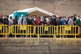 Người di cư phá đổ hàng rào tại biên giới Tây Ban Nha - Maroc