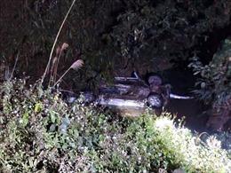 Xe bán tải mất lái, 6 người thương vong