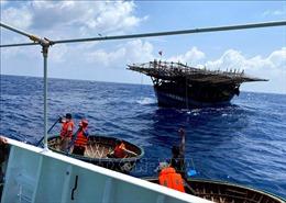 Cứu hai ngư dân gặp nạn trên vùng biển Trường Sa