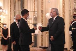 Đại sứ Việt Nam trình Quốc thư lên Tổng thống Argentina