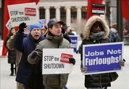Không được trả lương, hàng trăm công chức liên bang Mỹ biểu tình
