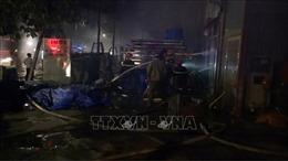 Cháy lớn hàng loạt nhà dân, 12 xe cứu hoả vật lộn 3 tiếng mới dập tắt